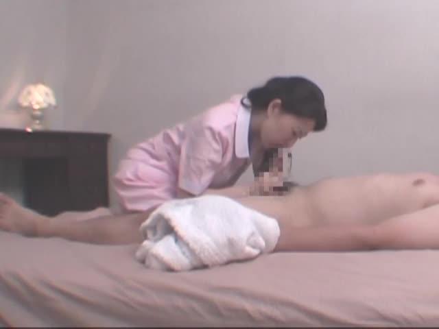 ビジホに派遣されたマッサージ師の熟女が客の反り立つ肉棒に欲情…嬉しそうな表情で撫で回し手コキ責め。美乳おっぱいを魅せつけフェラしてたら本番セックス。